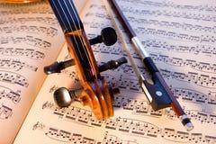 Violine, Bogen u. Musik lizenzfreie stockbilder