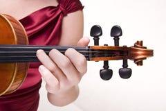 Violine in der Hand der Frau Lizenzfreie Stockbilder