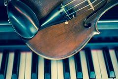Violine ist auf Klavier Lizenzfreie Stockfotografie
