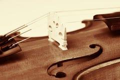 Violine most, drewniany skrzypce w rocznika stylu fotografia royalty free