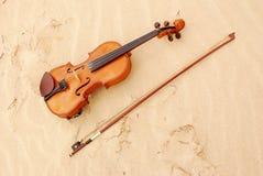 Violine na areia Fotografia de Stock Royalty Free