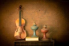 Violine und alte Lampe in der Weinleseart Lizenzfreies Stockfoto