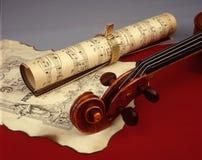Violine und alte musikalische Blätter stockfoto