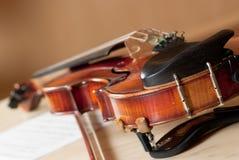 Violine und Bogen lizenzfreie stockfotografie