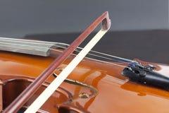Violine und Bogen lizenzfreie stockbilder