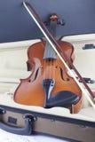 Violine und Bogen auf musikalischen Anmerkungen lizenzfreies stockbild