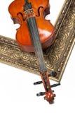 Violine und goldener Rahmen stockfotografie