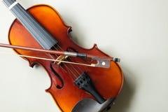 Violinen-klassisches Streichmusikinstrument auf lokalisiertem wei?em Hintergrund stockbild