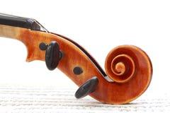 Violinen-Rolle auf Blatt-Musik Lizenzfreie Stockfotos
