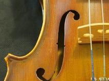Violinen-Schallloch-Melodie und Schnur von der Konzert-Violine 4/4 spornen an stockbild