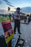 Violinen-Straßenausführender in Yodpiman-Fluss-Weg-Bangkok-Stadt Thailand stockfotografie