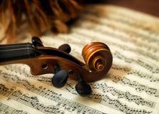 Violinenkopf auf Noten lizenzfreies stockbild