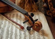 Violinenkopf und -bogen auf Noten Stockfoto