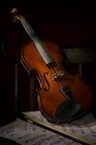 Violinenmusikinstrument des Orchesters auf Stuhl Stockbilder