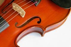 Violinennahaufnahme, welche die Brücke (11) zeigt Stockfoto