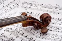 Violinenrolle auf Blattmusik Stockbilder