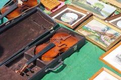 Violinenverkauf an einer Flohmarkt Stockfotografie