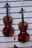 Violini nella finestra del deposito di musica Immagine Stock
