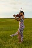 Violinist, der auf dem Gras spielt Lizenzfreie Stockfotografie