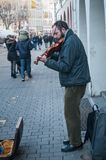 Violinist in der Straße stockfotos