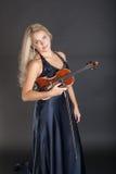 Violinist i en aftonklänning Royaltyfri Foto