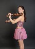 Violinist i en rosa färg fotografering för bildbyråer