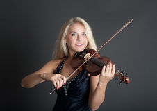Violinist på svart bakgrund royaltyfri bild