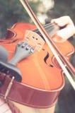 Violinist som spelar fiolen, filtrerad tappning royaltyfri foto