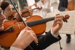 Violinist som utför med musikarket royaltyfri bild