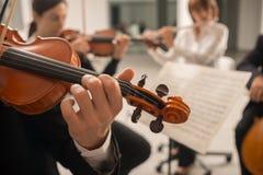 Violinist som utför med musikarket royaltyfria foton