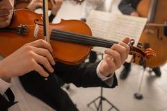 Violinist som utför med orkesteren royaltyfri bild