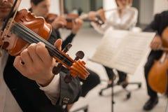 Violinist som utför på etapp royaltyfria bilder