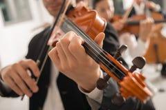 Violinist som utför på etapp med orkesteren royaltyfri foto