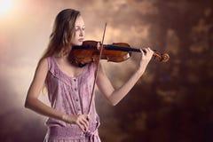 Violinista bastante joven que toca el violín Imagenes de archivo