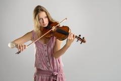 Violinista bastante joven que toca el violín Foto de archivo libre de regalías