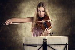 Violinista bastante joven que toca el violín Imagen de archivo libre de regalías