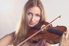 Violinista bastante joven que toca el violín Fotografía de archivo