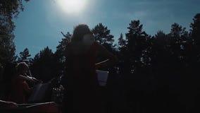 Violinista bonito joven de la muchacha que toca el violín, como parte de un grupo almacen de video