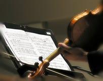 Violinista che gioca musica di strato Immagini Stock Libere da Diritti