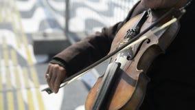 Violinista da rua que joga um violino na rua video estoque