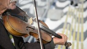 Violinista de la calle que toca un violín en la calle metrajes
