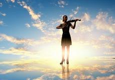 Violinista de la mujer Imagenes de archivo