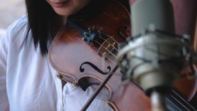 Violinista de la mujer que toca el violín almacen de metraje de vídeo