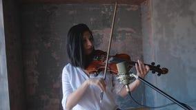 Violinista de la mujer que toca el violín metrajes