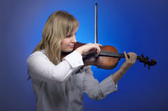 Violinista de sexo femenino lindo Foto de archivo libre de regalías