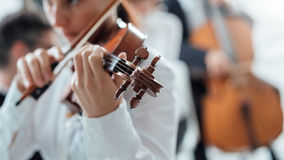 Violinista di talento che gioca con l'orchestra fotografia stock