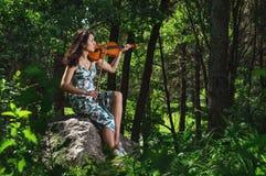 Violinista di talento nella foresta Immagini Stock Libere da Diritti