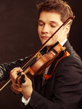 Violinista do homem que joga o violino. Arte da música clássica imagem de stock