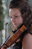 Violinista - el jugar adolescente fotografía de archivo