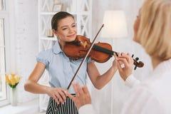 Violinista encantador que se imagina su concierto Fotografía de archivo libre de regalías